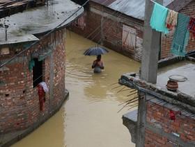 عبور از سیلاب در هند منبع