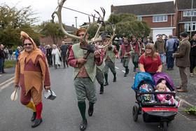 اجرای یک رقص سنتی انگلیسی در روستایی در منطقه استافوردشایر بریتانیا