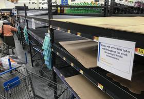 """آماده شدن در برابر توفان در پیش رو"""" فلورنس"""" در آمریکا. در عکس زیر فروشگاهی در شهر """"چپل هیل"""" ایالت کارولینای شمالی را نشان می دهد که آب معدنیهای آن تمام شده است."""