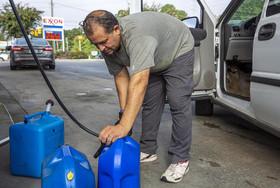 """خرید آب و سوخت در ایالت کارولینای شمالی آمریکا از بیم توفان """"فلورنس"""" که در روزهای آینده این ایالت را درخواهد نوردید."""