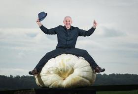 کشاورز انگلیسی با کدو تنبل 370 کیلویی برنده و رکورددار مسابقهای کشاورزی در یورکشایر بریتانیا