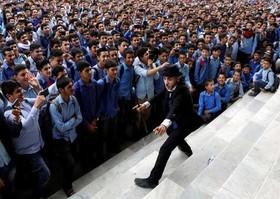 """کریم اسیر"""" 25 ساله معروف به """"چارلی چاپلین افغانستان""""، در حال اجرای نمایش در مدرسهای در شهر کابل"""