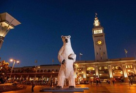 نصب مجسمه خرس قطبی در طول نشست جهانی اقلیمی در سان فرانسیسکو