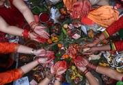 """(تصاویر)جشنواره آیینی"""" ریشی پانچامی"""" هندوها در کاتماندو نپال ، ترامپ و معاونش در کاخ سفید در حال دریافت گزارش تلفنی از وضعیت توفان در سواحل شرقی آمریکا، فیل ده ساله در بانکوک که به علت برقگرفتگی کشته شد و ... درعکسهای خبری روز"""