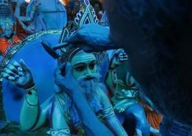 (تصاویر) ساخت مجسمه برای جشنواره در نپال، مراسم آیینی سالانه یهودیان در انتقال گناهان انسان به حیوانات (کاپاروت) در شهر قدس، شنای مار در رودخانه ای در آلمان و ... در عکسهای خبری روز
