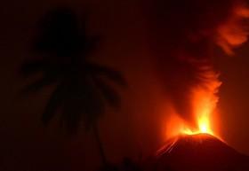 فعالیت کوه آتش فشان در اندونزی منبع