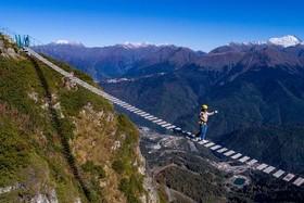 """عبور از پلی در ارتفاع 2300 متری در یک مجموعه اسکی در """"کراسنایا پولنایا"""" روسیه"""