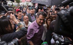 نامزد حزب کارگر برزیل در حال حضور در یک حوزه رای گیری برای رای دادن در انتخابات ریاست جمهوری برزیل