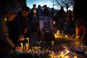 """شهروندان بلغاری در شهر صوفیه به یاد """" ویکتوریا مارینوا"""" روزنامهنگار مقتول 30 ساله این کشور شمع روشن کردهاند."""