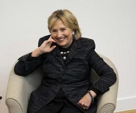 """هیلاری کلینتون در مراسمی برای سخنرانی و رونمایی از مجسمه """"الینور روزولت"""" – همسر رییس جمهوری اسبق آمریکا- در موسسه """" بوناوِرو"""" در آکسفورد بریتانیا"""