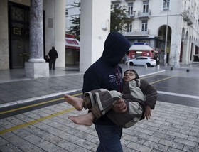 خروج یک کودک پناهنده از ایستگاه پلیس در آتن