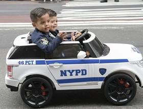 دو کودک در حاشیه رژه کلمب در نیویورک
