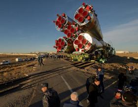 """انتقال فضاپیمای سایوز روسی به سکوی پرتاب در پایگاه فضایی """"بایکونور"""" قزاقستان"""