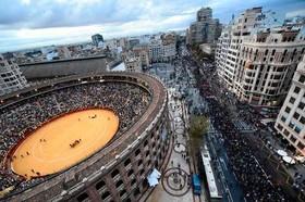 تظاهرات ضد فاشیستی در شهر والنسیا اسپانیا همزمان با برگزاری نمایش گاوبازی در استادیوم ویژه گاوبازی در این شه ر