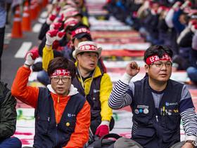 اعتراض و اعتصاب کارکنان شرکت کرهای سامسونگ در شهر سئول