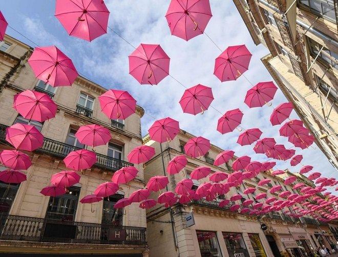 راهپیمایی زیر چترهای صورتی در پاریس برای افزایش آگاهی از بیماری سرطان سینه