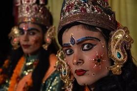 """(تصاویر)جشنواره آیینی"""" ناوراتری"""" هندوها در شهر الله آباد هند ، اعتراض دانشجویان ایتالیایی در رم، مراسم ازدواج پرنسس"""" یوژنی"""" 28 ساله یکی از نوادگان ملکه بریتانیا و... در عکسهای خبری روز"""