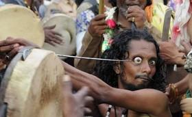مراسم عجیب درآوردن چشم از حدقه در هند! +16 با تصاویر