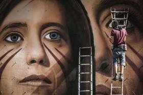 (تصاویر)یک هنرمند نقاش در حال کشیدن یک نقاشی دیواری در شهر ناپل ایتالیا ، کار کشاورزان چینی روی یک گندمزار ، تظاهرات ضد اسراییلی جوانان فلسطینی در شهر نابلس و ... در عکسهای خبری روز
