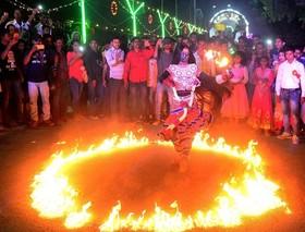 (تصاویر) مراسم مذهبی در الله آباد هند ،حضور زنان و دختران ایرانی در استادیوم آزادی ، حامیان کاندیدای ریاست جمهوری حزب راست گرا در سائوپائولو، برزیل و ... در عکسهای خبری روز