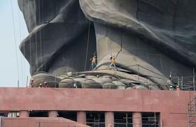 پاهای بزرگترین مجسمه جهان متعلق به یک سردار هندی از رهبران استقلال این کشور