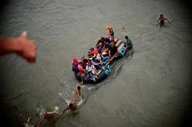 ورود مهاجران هندوراسی از راه رودخانه به مرز مکزیک