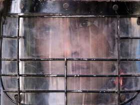 سرباز هندی در ناحیه آمریتاسار هند بعد از کشته شدن 60 نفر در سانحه قطار