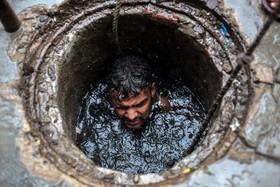 کارگر هندی بدون هیچ وسیله ایمنی برای پاکسازی داخل چاه فاضلاب شهری در شهر قاضی آباد رفته است. آمارها نشان دهنده مرگ یک کارگر در هر 5 روز در عملیات چاهروبی در هند است