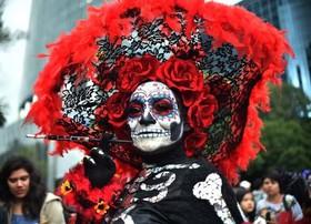 (تصاویر)جشنواره سنتی مردگان در مکزیکوسیتی ، کارگر فاضلاب در اوتار پرادش انگلستان ، دیدار رییس جمهوری کلمبیا با پاپ فرانسیس در واتیکان و ... در عکسهای خبری روز