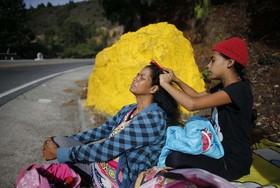 مادر و دختر مهاجر کلمبیایی در راه آمریکا