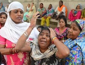 سوگواری زن هندی برای پسرش که در سانحه قطارجان باخته است