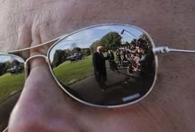 انعکاس تصویر دونالد ترامپ در عینک آفتابی یکی از محافظان او در سرویس مخفی کاخ سفید