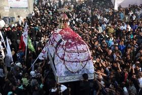 """مراسم آیینی """"72 تابوت"""" به عدد شهدای کربلا از سوی شیعیان در شهر اللهآباد هند"""