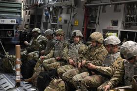 نظامیان آمریکایی در داخل هواپیمای ترابری نظامی و در حال اعزام به مرز با مکزیک برای مقابله با سیل مهاجران از آمریکای لاتین