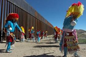 رقص سنتی گروه های بومی مکزیکی در مرز با آمریکا