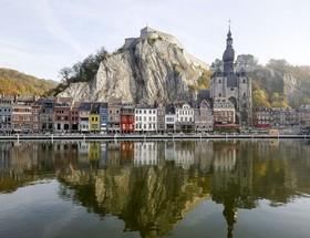 انعکاس تصور خانهها در آب در دنیت، بلژیک