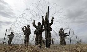 سربازان ارتش آمریکا در حال کار گذاشتن سیم خاردار در مرز با مکزیک