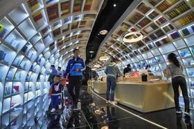 """کتاب فروشی تازه تاسیس """"ژنگشو"""" در چین که طبق اعلام مجله """"وایِرد"""" یکی از 10 کتابخانه زیبا در جهان است."""