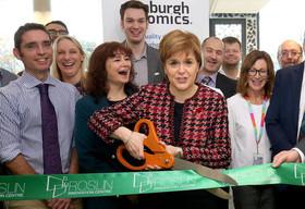 وزیر اول اسکاتلند در حال افتتاح مرکز نوآوری دانشگاه ادینبورگ