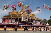 (تصاویر)جشن شصت و پنجمین سالگرد استقلال کشور کامبوج از استعمار فرانسه ، آتش گرفتن خودرو در یکی از ایستگاههای گاز کالیفرنیا ، مراسم بیست و نهمین سالگرد فروریختن دیوار برلین و ... در عکسهای خبری روز