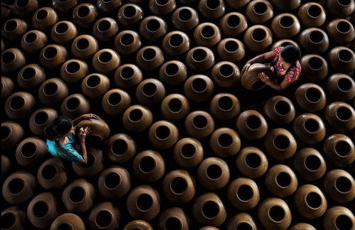 (تصاویر)یک کارگاه تولید کوزههای سفالی در میانمار، حراج مجموعه عکسهای هنری مور در لندن ، حملات هوایی جنگندههای اسراییل به باریکه غزه ، جشنواره سگ در مکزیکوسیتی، مکزیک و ... در عکسهای خبری روز