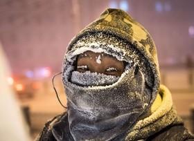 یک هنرمند در حالی که بر روی یک مجسمه یخی در خیابان یاتوکسک شرقی در سیبری کار می کند