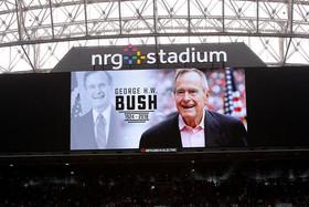 """گرامیداشت """"جورج بوش پدر"""" در حاشیه بازی تیم فوتبال آمریکایی شهر هوستون ایالت تگزاس آمریکا در استادیوم فوتبال این شهر"""