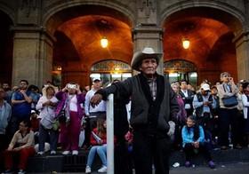 مردم در حال تماشای مراسم ادای سوگند رئیس جمهور مکزیک