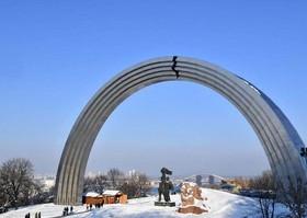 ترک بر روی سازه نماد دوستی اوکراین و روسیه در کیف