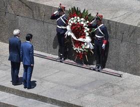 نخست وزیر ژاپن، شینزو آبه، در کنار معاون وزارتخارجه اروگوئه، در حال ادای احترام به رهبر استقلال اروگوئه. آبه پس از شرکت در اجلاس سران G20 در آرژانتین به اروگوئه سفر کرده است