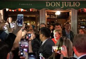 حضور صدراعظم آلمان در رستورانی در شهر بوینوس آیرس آرژانتین در حاشیه حضور در نشست سران گروه بیست