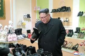 """رهبر کره شمالی در حال بازدید از تولیدات یک کارخانه کفش در شهر """"وونسان"""" کره شمالی"""