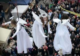 """(تصاویر)مراسم سنتی استقبال از کریسمس در یکی از بازارهای جمهوری چک، برگزاری المپیک سنتی قوم"""" ماسای"""" در کنیا ، حاشیه حضور ترزا می در مراسم کلیسا در میدنن، انگلستان و... در عکسهای خبری روز"""