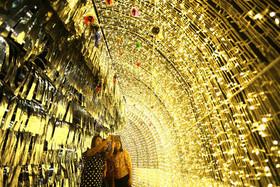 """(تصاویر)گرفتن سلفی در کنار تزیینات کریسمسی شهر """"یانگون"""" میانمار، جشنواره خیابانی کریسمس در """"پاناماسیتی ،بزرگترین پیست اسکی روی یخ جهان در پاریس و... در عکسهای خبری روز"""